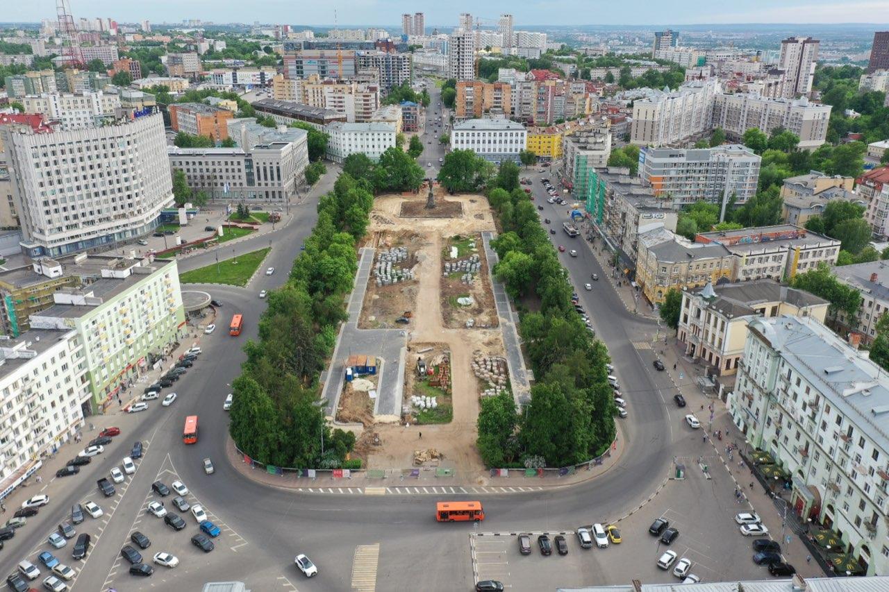 Ход работ по благоустройству сквера на площади Горького сняли с высоты птичьего полета - фото 1